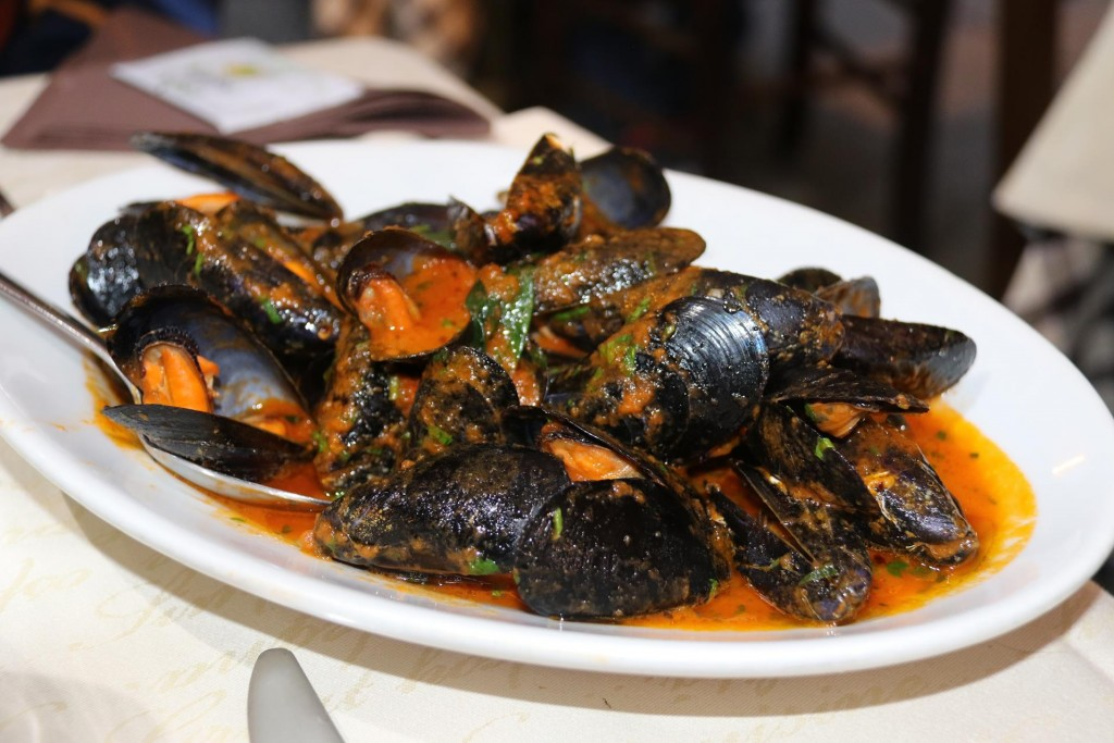 Mussels in delicious picante fresh tomato sauce to share