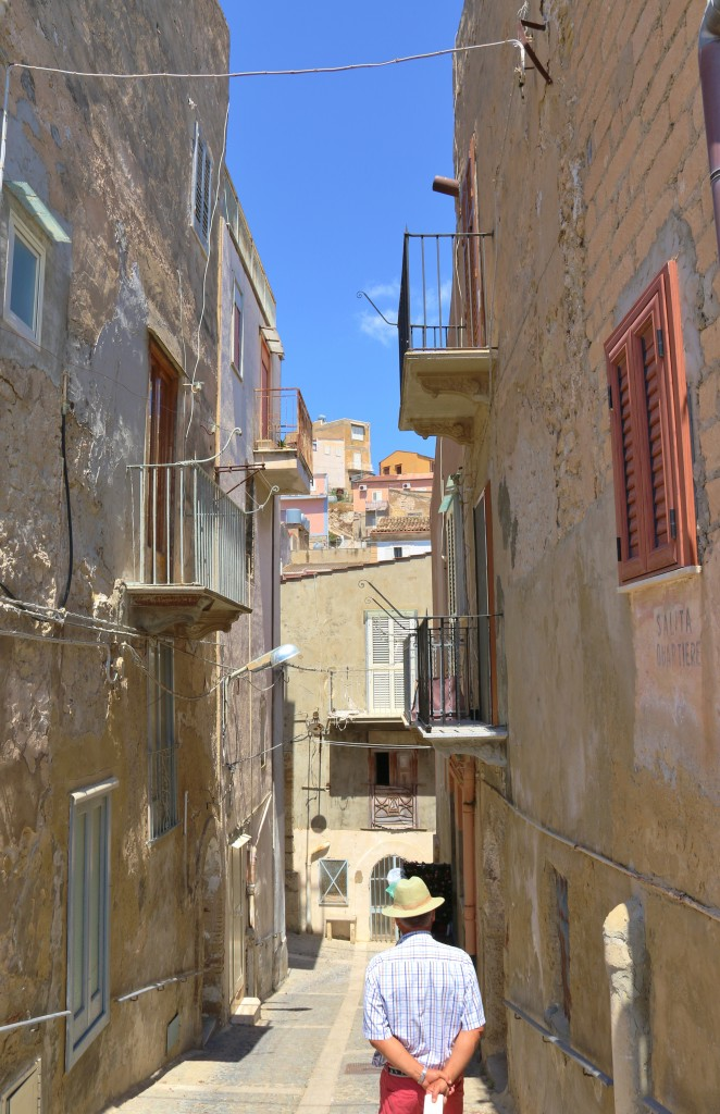 We take a stroll through the small town of Licata with it's narrow alleyways