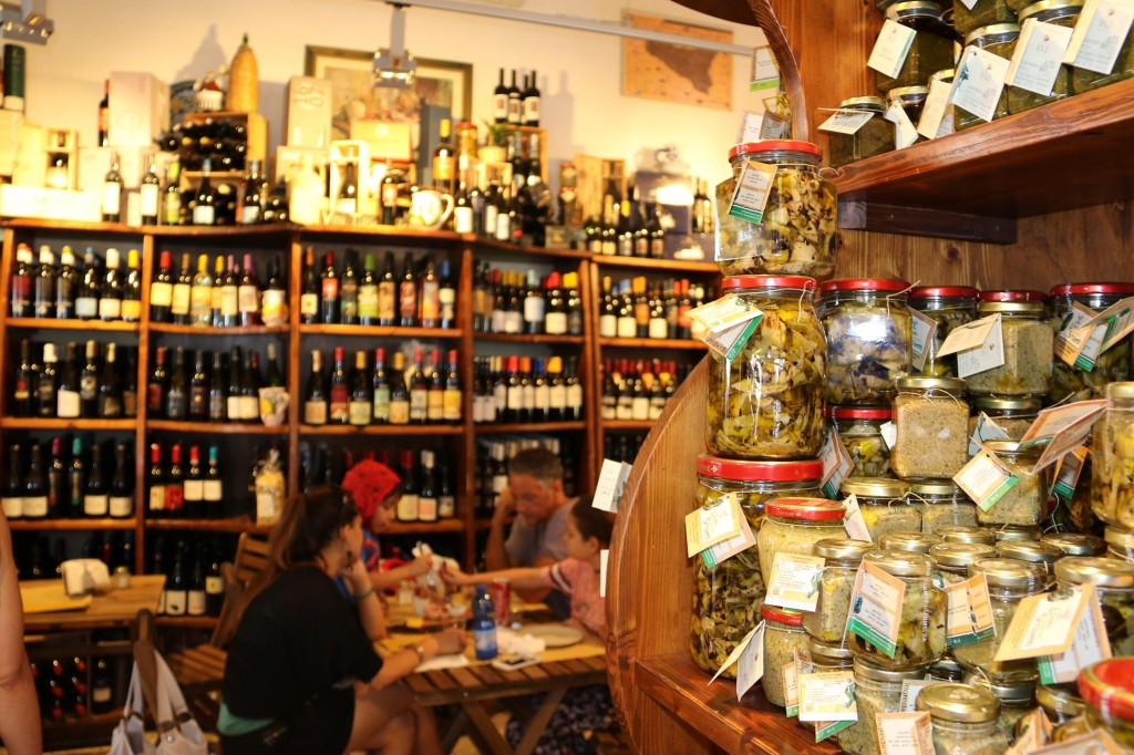 A good wine selection and bottled produce made in house are for sale