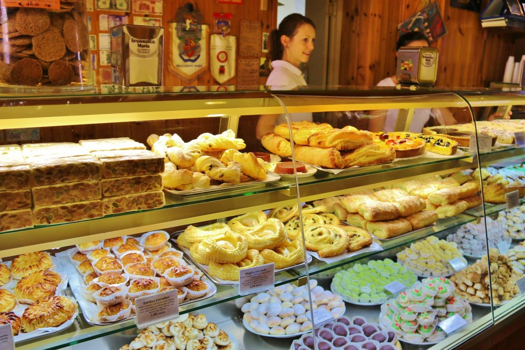 The Corso has many cafes and tempting pasty shops such as the well known 'La Pasticceria di Maria Grammatico'