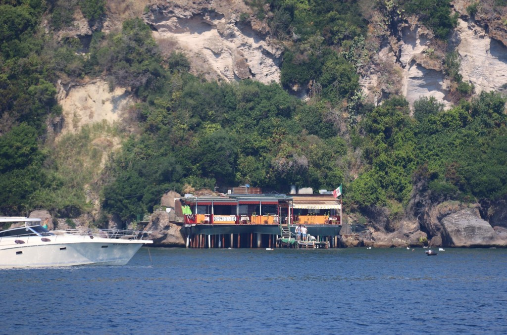 A small ristorante for visiting boats is close by