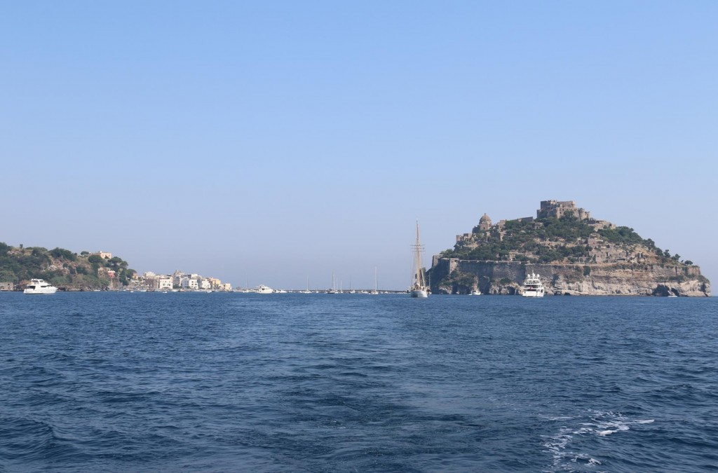 This morning we leave the ancorage and motor south to have a look around the island