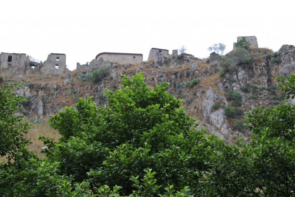Photo time of the remains of an ancient castle on a hill