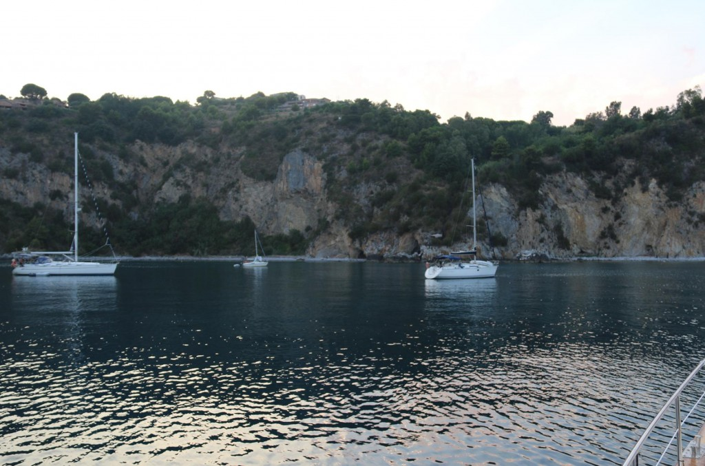 We drop our anchor for the night in the bay south of Palinuro town, by Capo Palinuro