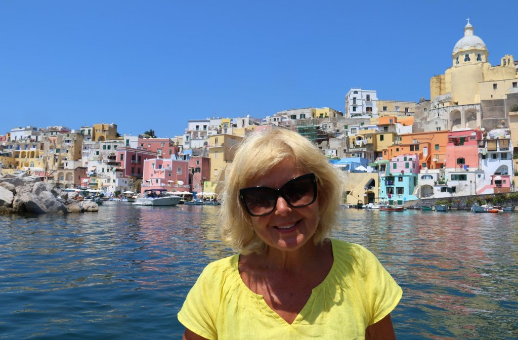 By dinghy we get a few close up photos of the small Cala di Corricella port