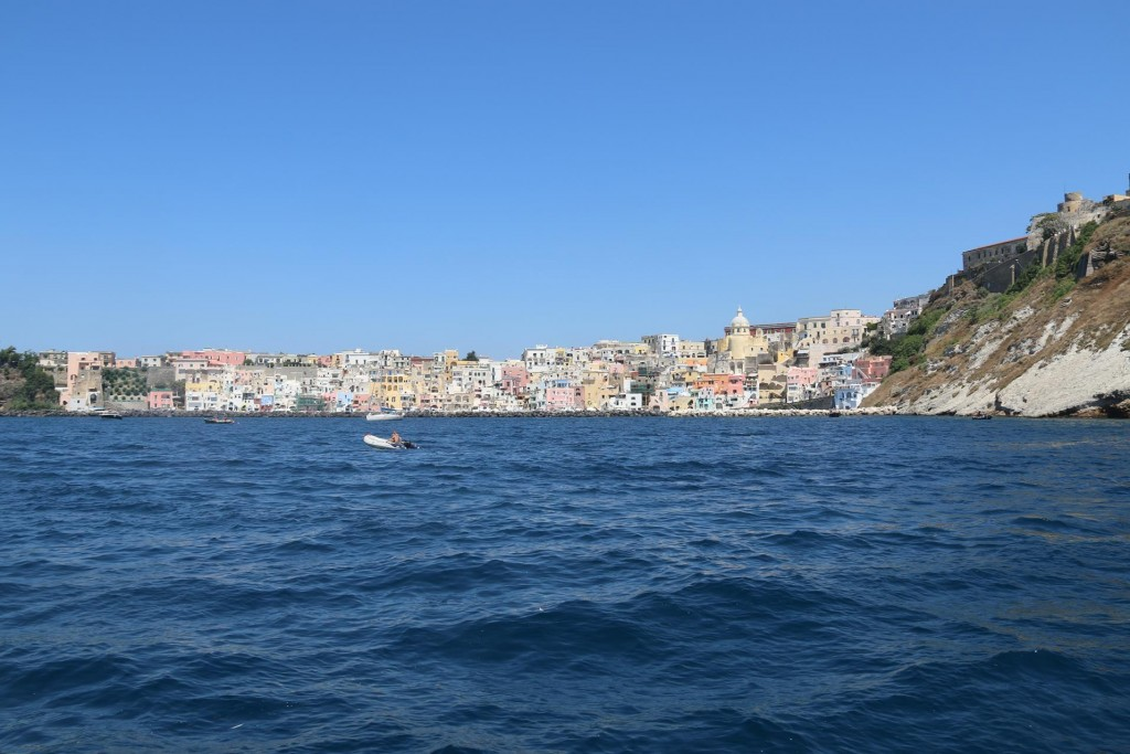 We arrive in the exquisite bay called Cala di Corricella