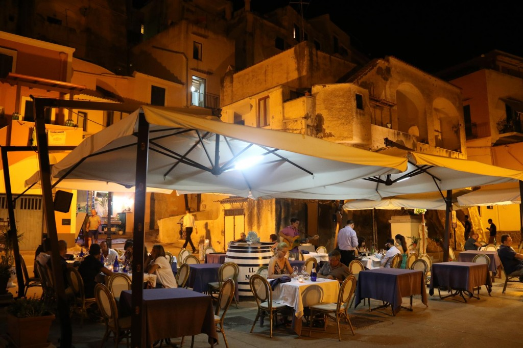As it was already late we  chose one of the restaurants on the foreshore in Cala di Corricella