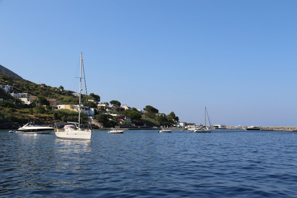 On the east coast of Salina, off the town of Santa Marina we join several other boats and drop our anchor