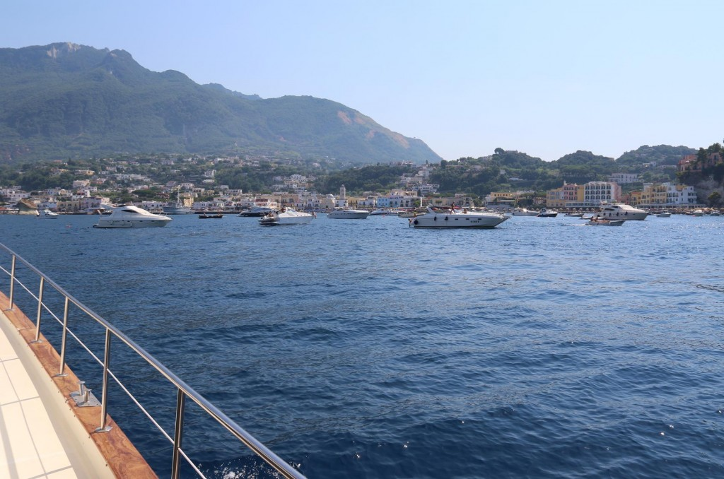 We decide to join quite a few other boats and drop anchor here for the night