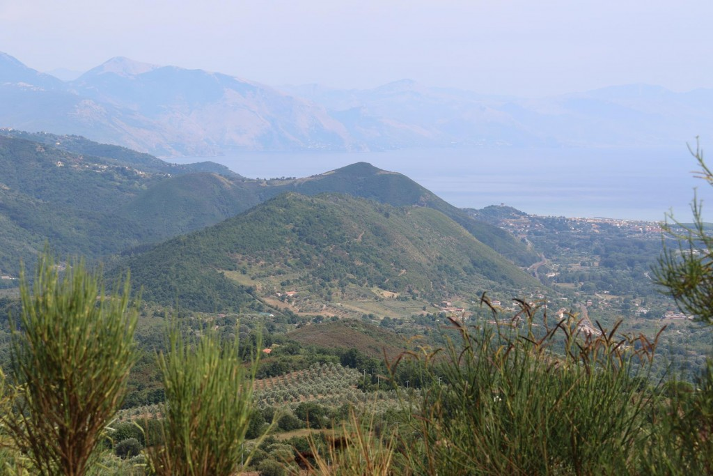 We arrive at the almost highest point and look out over the spectacular views to the water in the south east