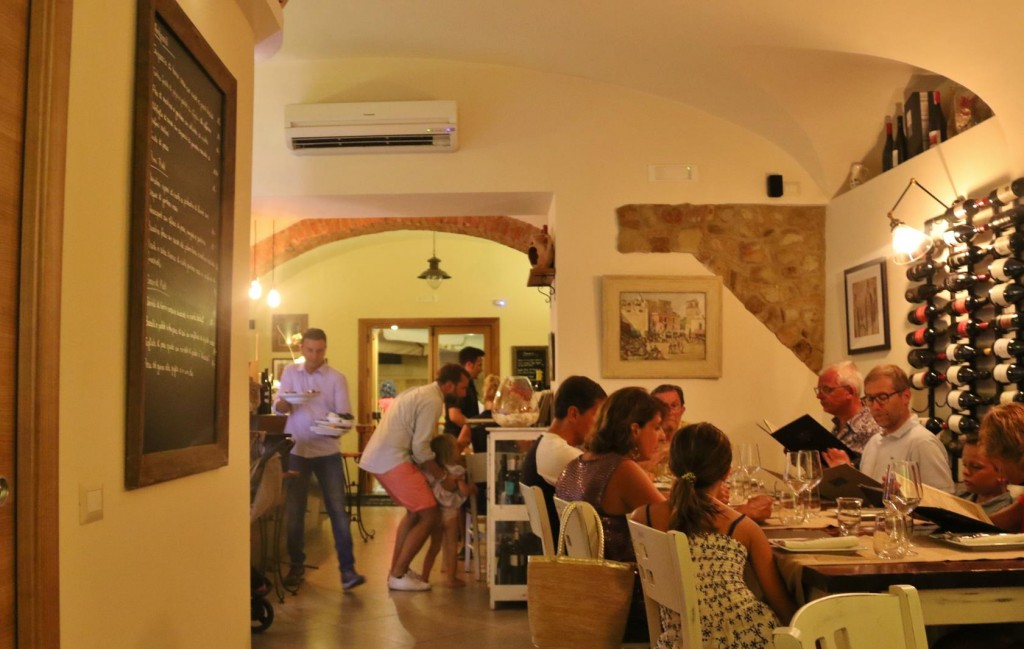 With the hot and humid weather it was a relief to have dinner in an airconditioned restaurant