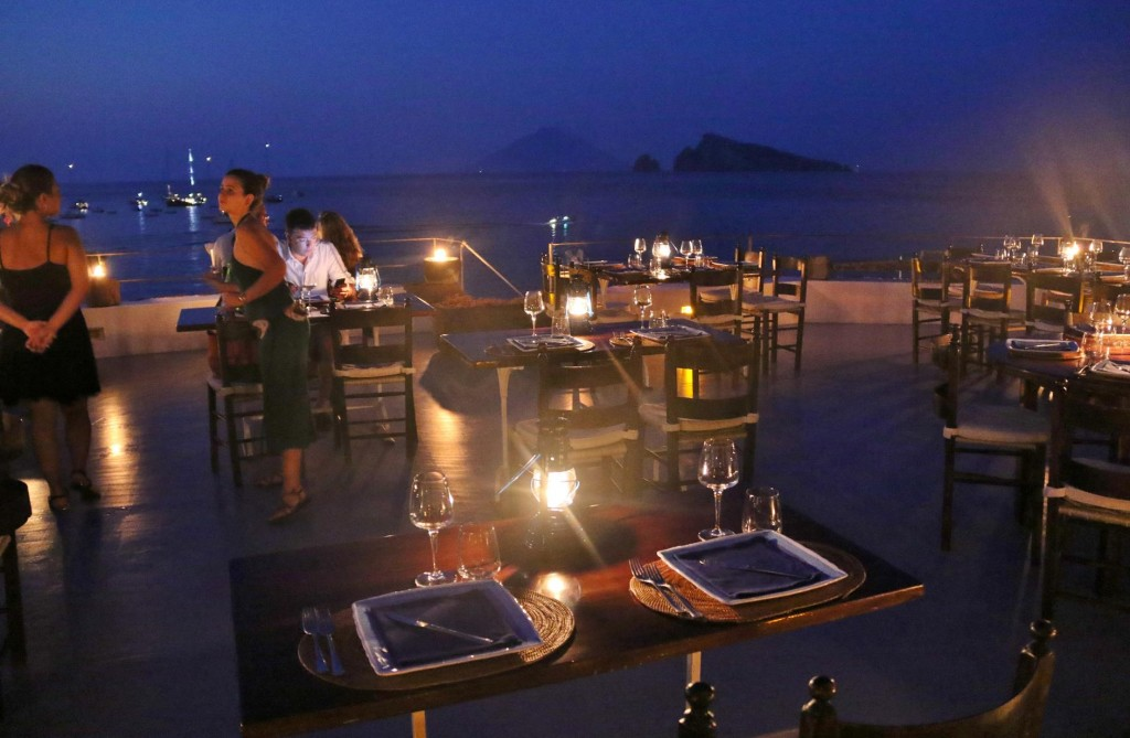 We come across Raya Hotel which has an open air restaurant on the roof of the hotel
