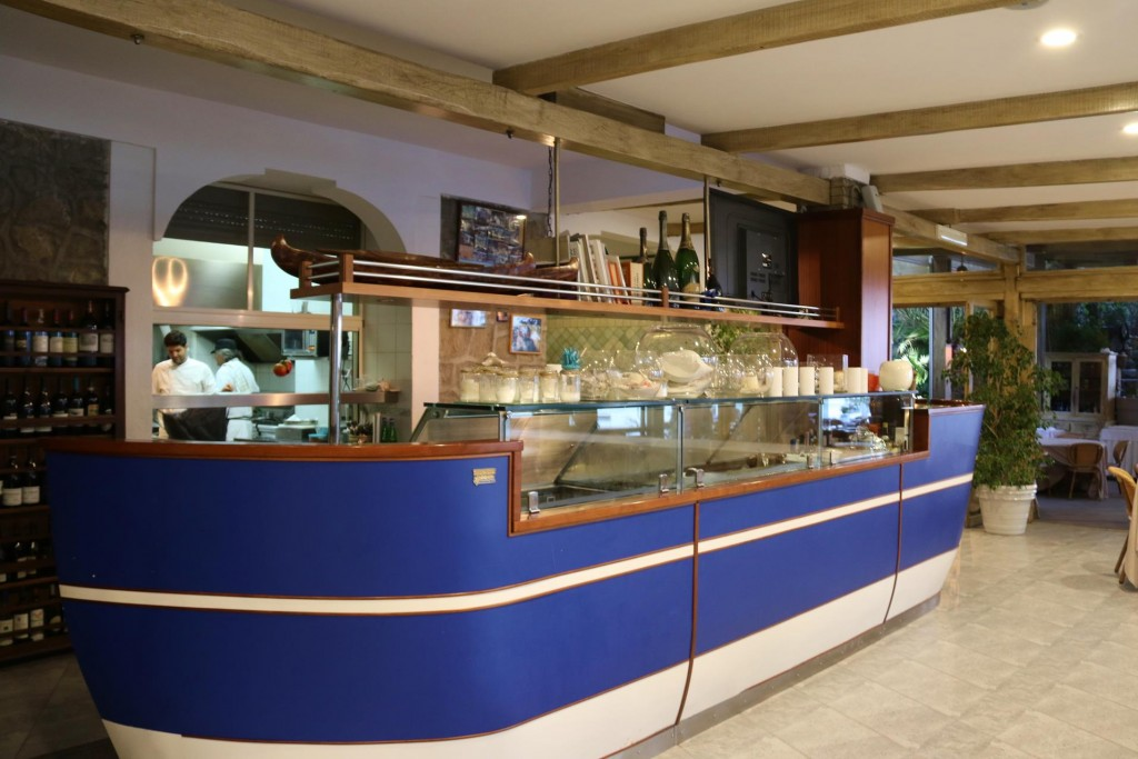 The servery that resembled a boat in front of the kitchen had a nice effect in the restaurant