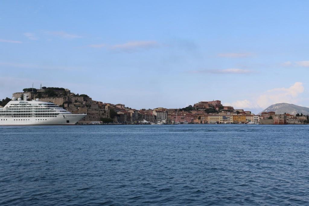A cruise ship is in Portoferraio