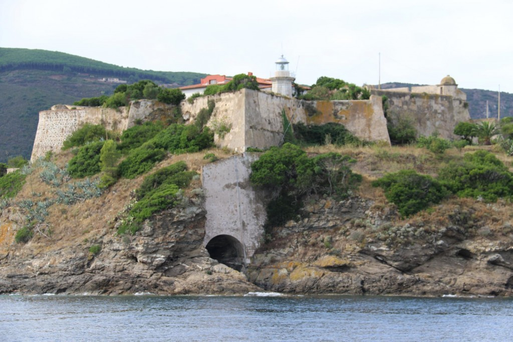 We approach the Spanish built Fort Forcado at Capo Pearla on the southern side of the gulf