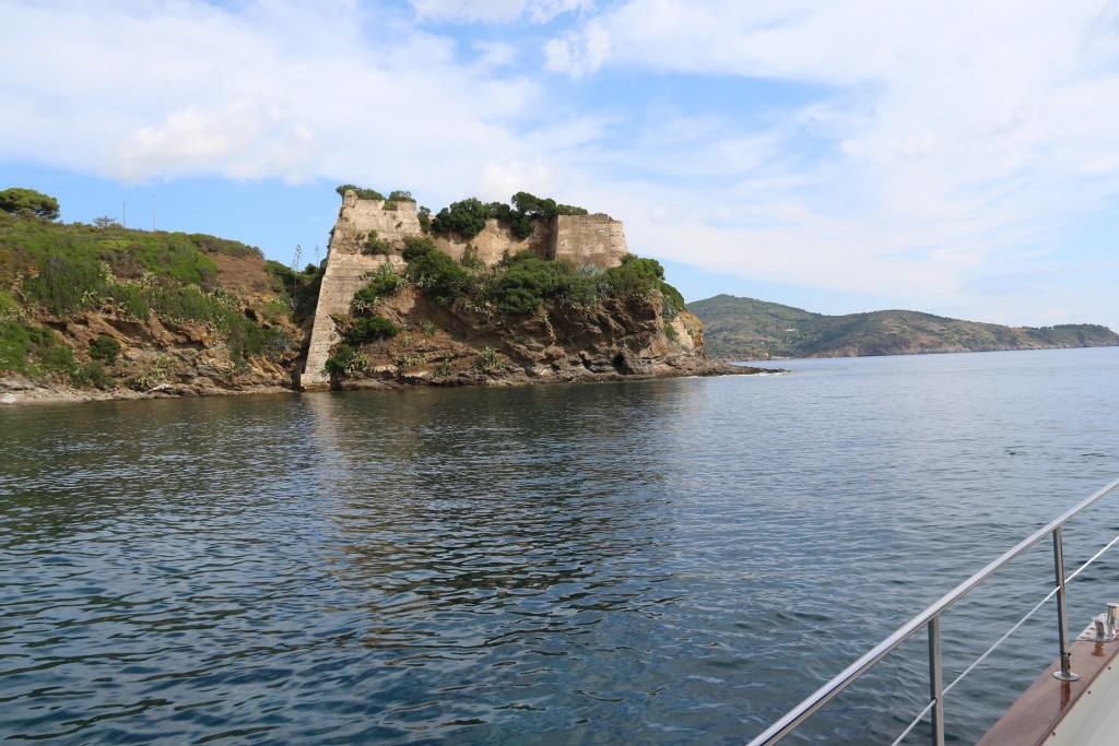 We drop our anchor in the beautiful little bay beside the fort