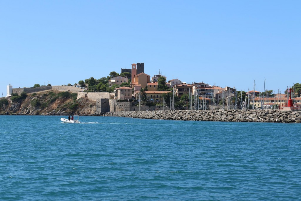 Once back to the boat we pull up our anchor and leave the delightful small village