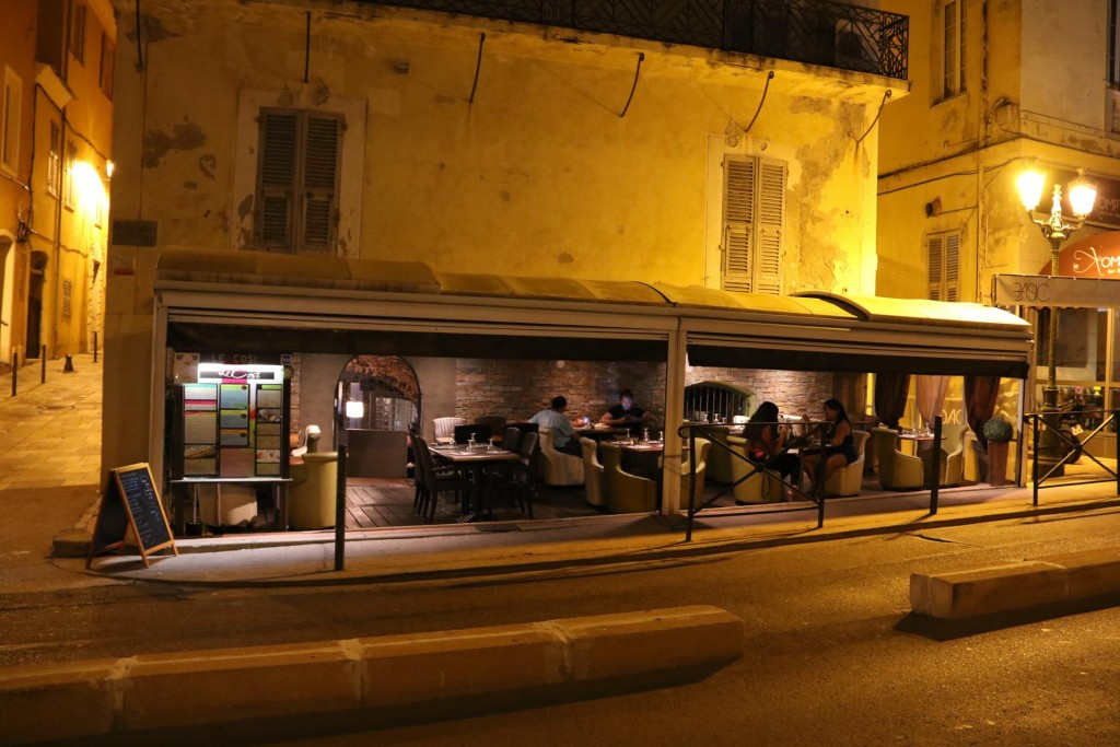 We decide to dine out tonight at 'Le Cosi' which is very close to the port