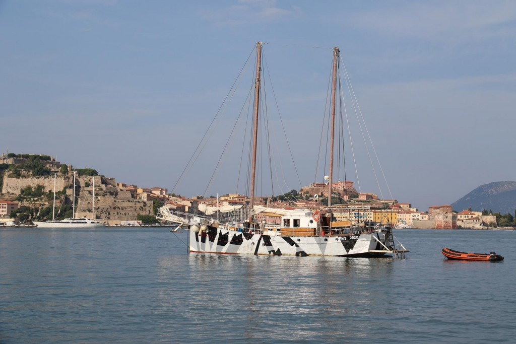 We drop our anchor in the south west of the large gulf of Rada di Portoferraio