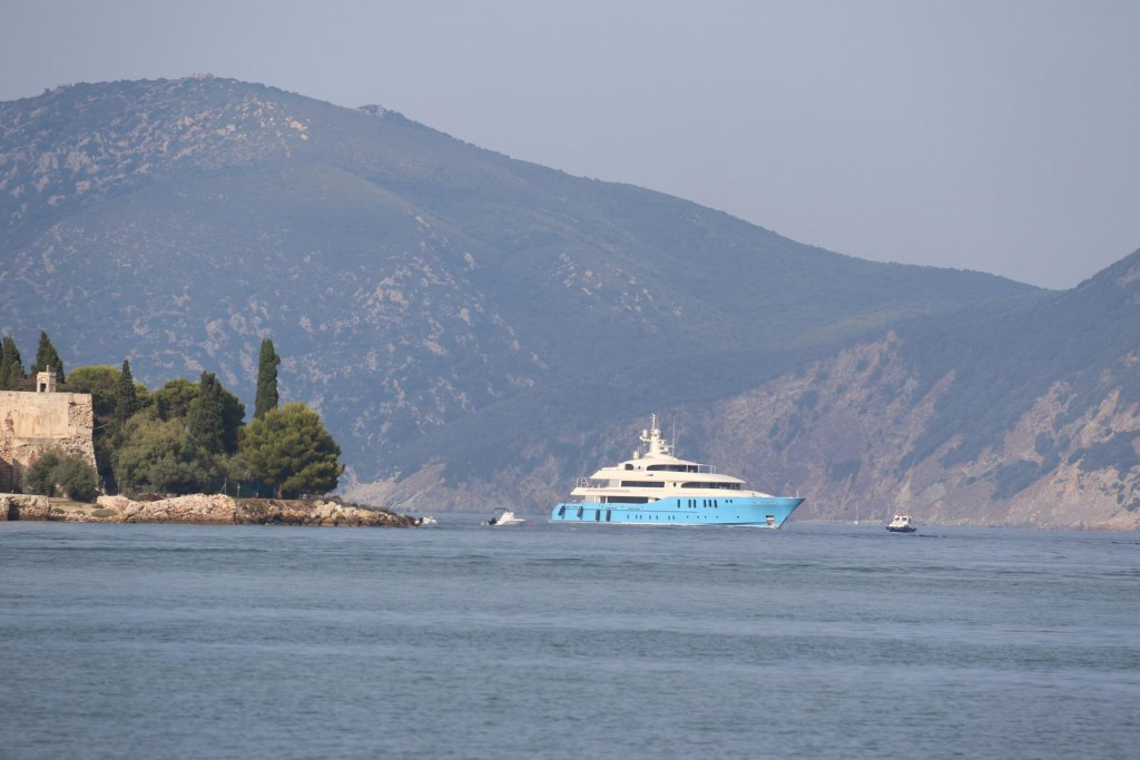 A large motor yacht we saw yesterday called 'Silver Shalis' arrives