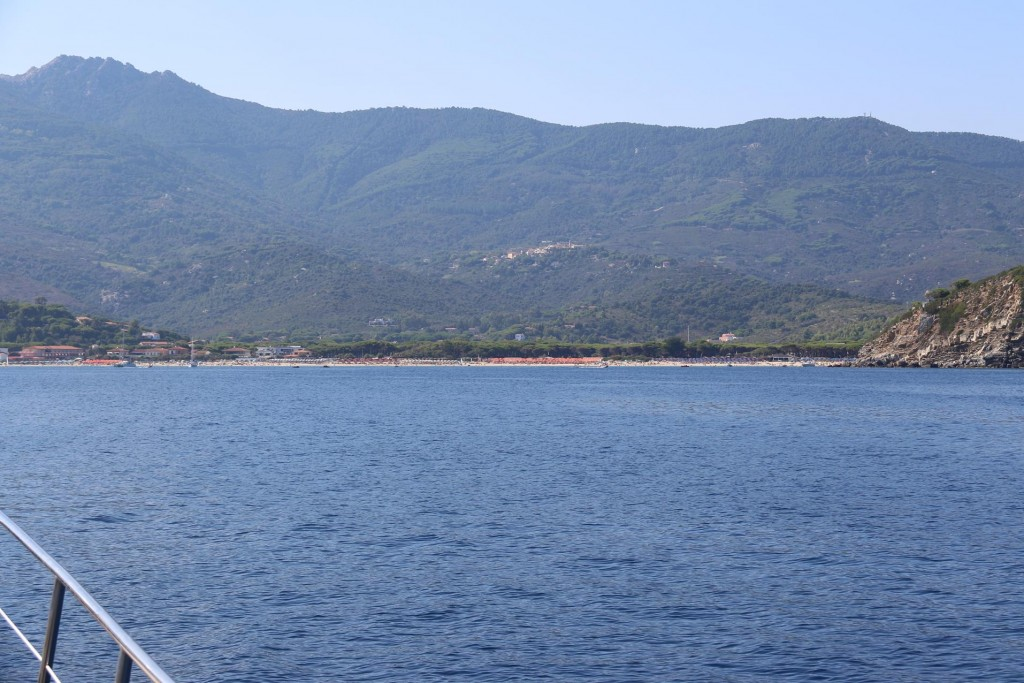 We head towards the anchorage by the beach in the top of Golfo Di Campo
