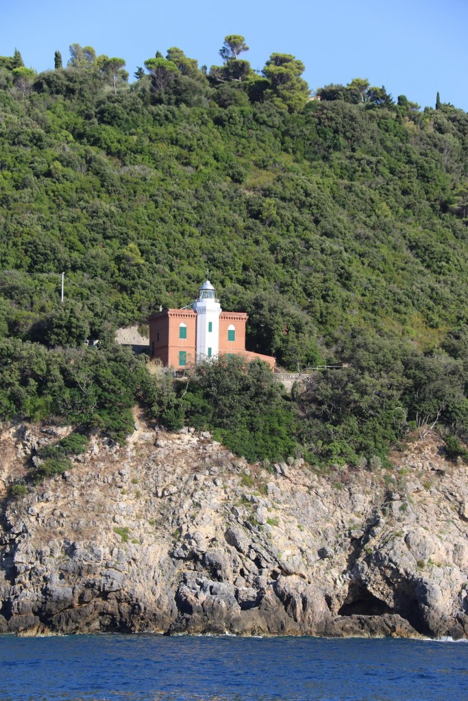 We pass the lighthouse on Punta Lividonia