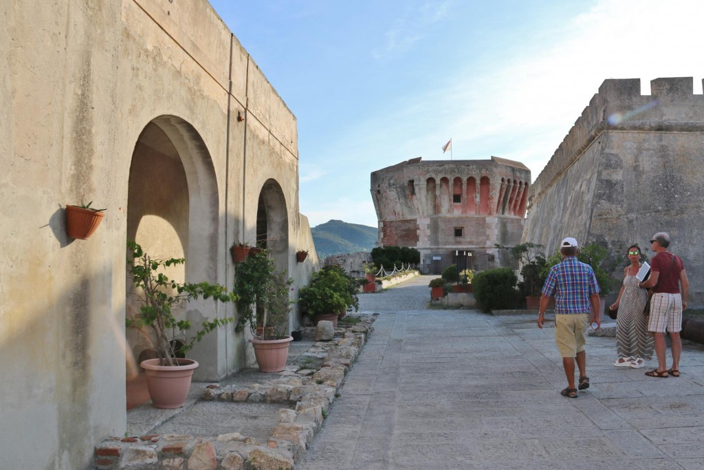 Before returnig to the Tangaroa we visit the archeoligical site by Punta del Torrione