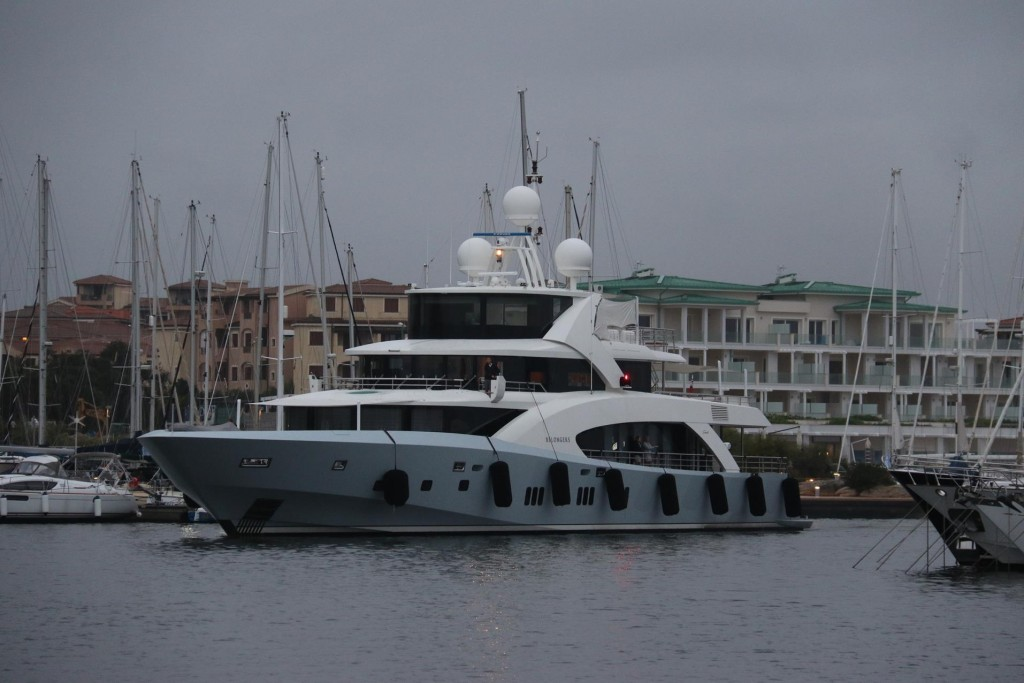 A rather attractive large motor yacht called 'Belongers' arrives in the marina just after us