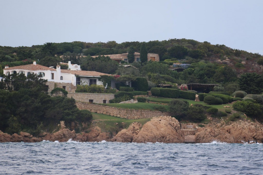 We arrive in a fairly sheltered bay in the Costa Smerelda area where there are some lovely homes