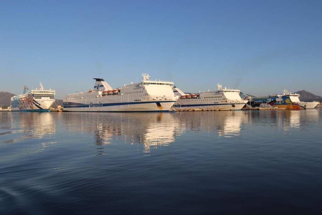 The large ferries are lined up like soldiers in the port today