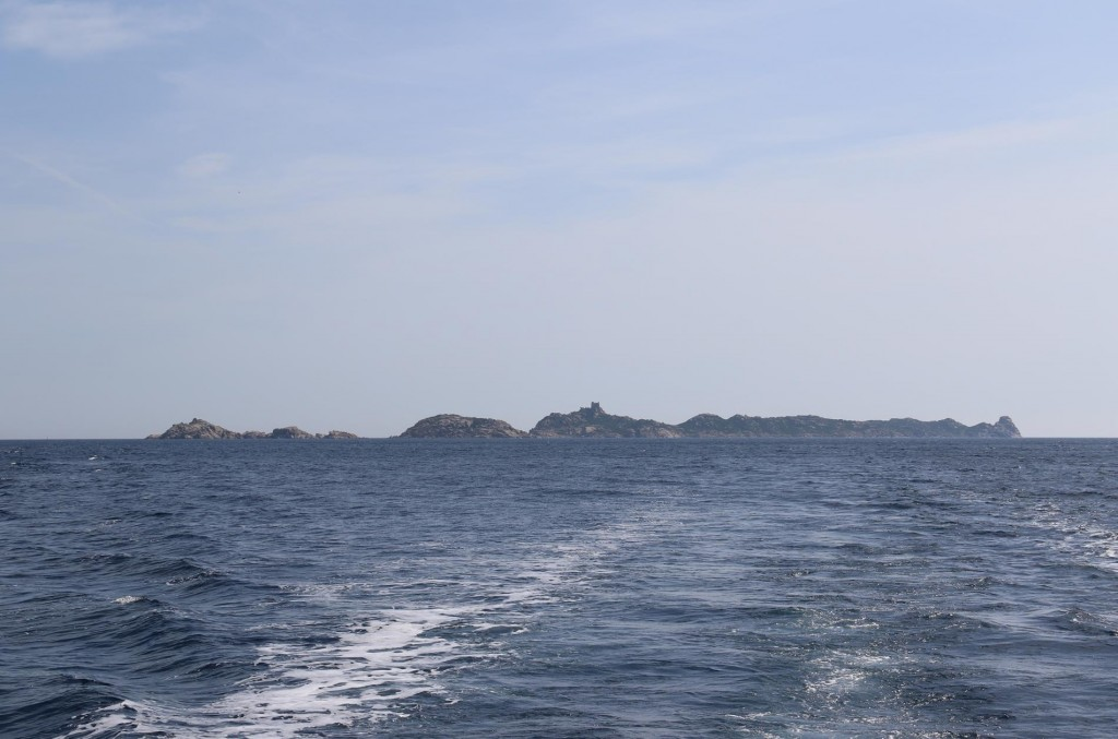 As there were no secure bays for overnight anchorage we head the short distance towards the coast