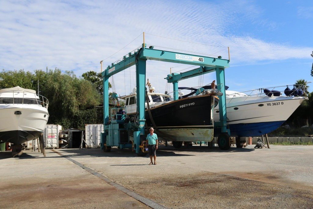 After slowly moving the Tangaroa into her spot in the marina yard the next step is to clean the bottom of the boat with a high pressure hose