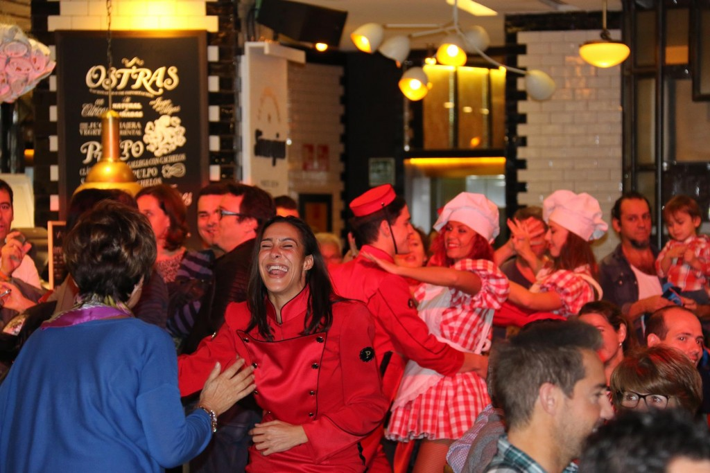 To entertain the customers, every hour a group of talented staff members circulate the room with Flamenco dancing