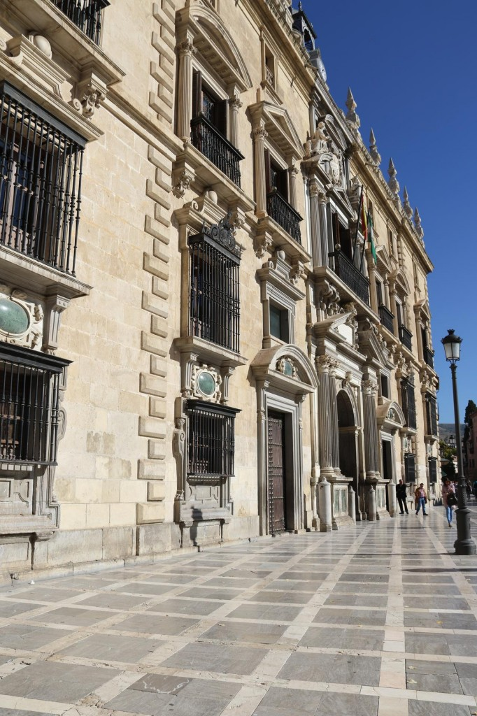 At Plaza Nueva we get off the train to continue on foot to walk to Albaicin