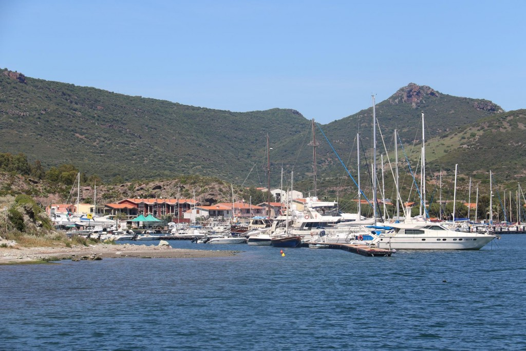 We organise a berth at Nautica Pinna on the left as we enter the Temo