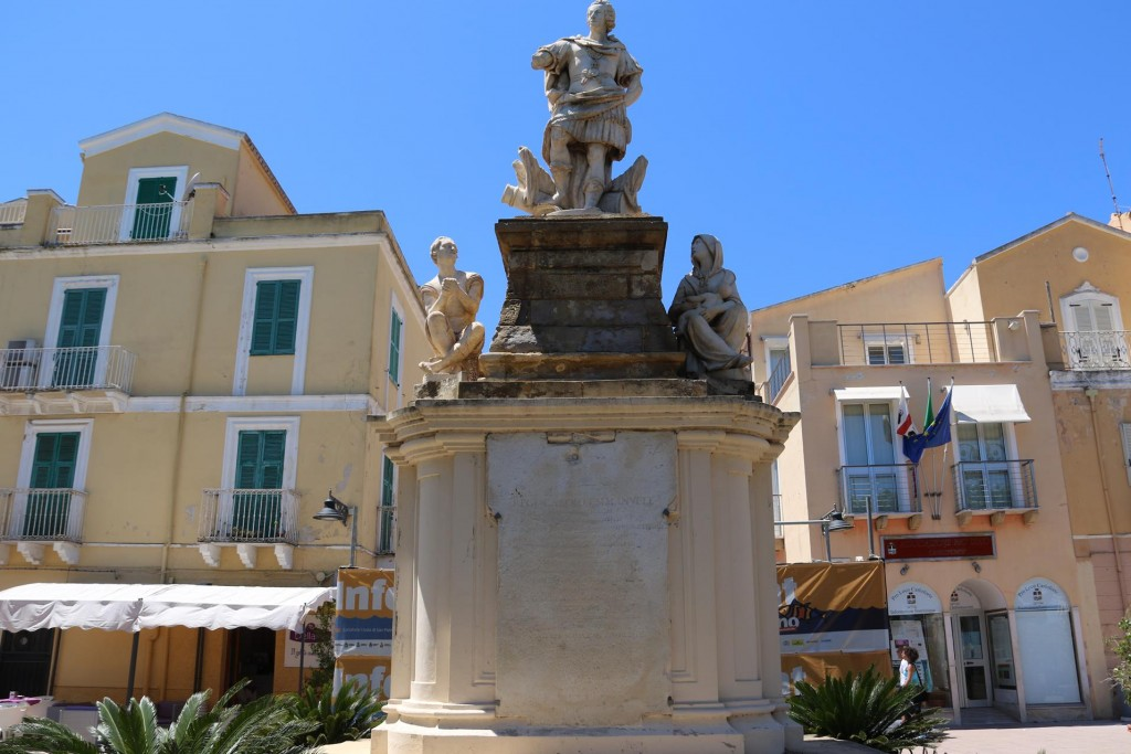 The marble staue of King Carlo Emanuele stands proudly on Via Roma