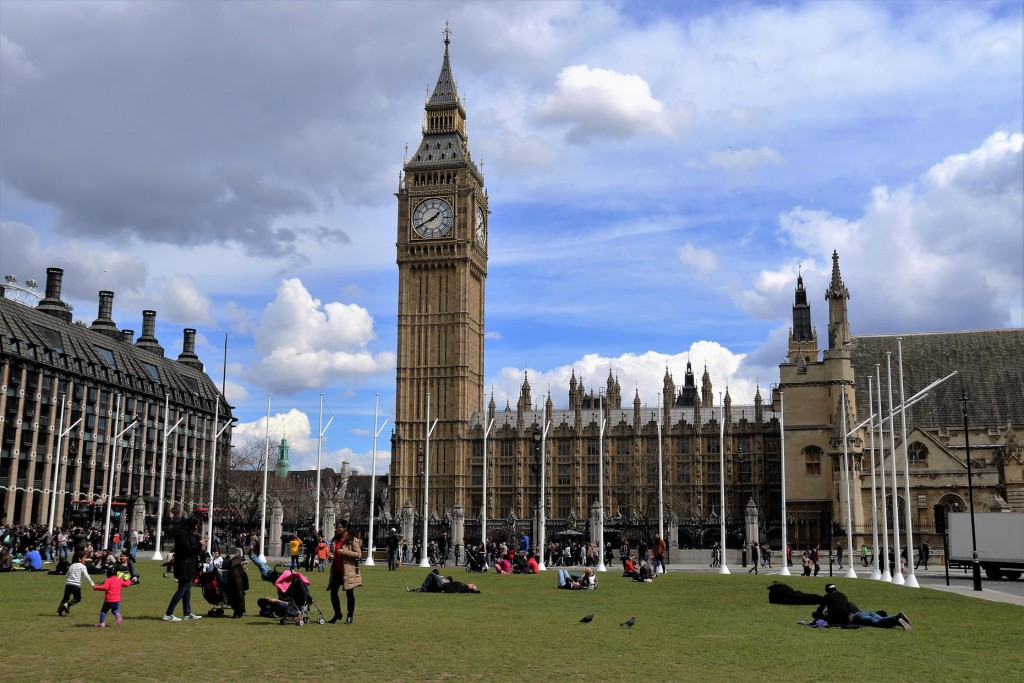With such clear spring weather brought so many Londoners out to the parks for lunch today