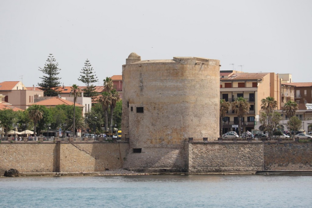 A large torre dominates the southern city wall
