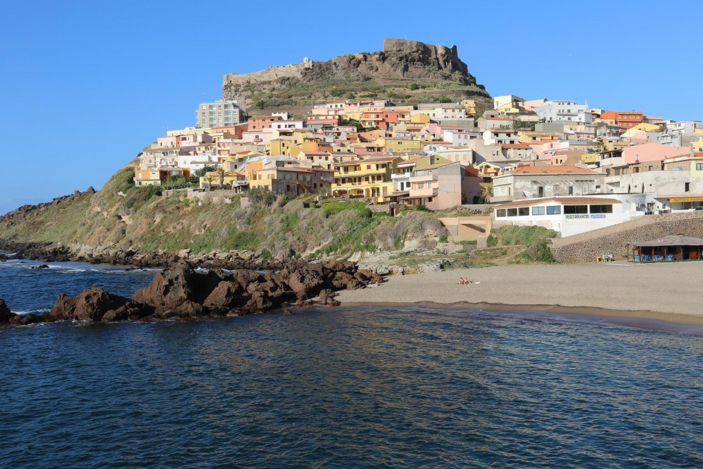 After our sightseeing adventure to the town of Castlesardo and the medieval castle with it's centro storico we slowly cycle back to the marina