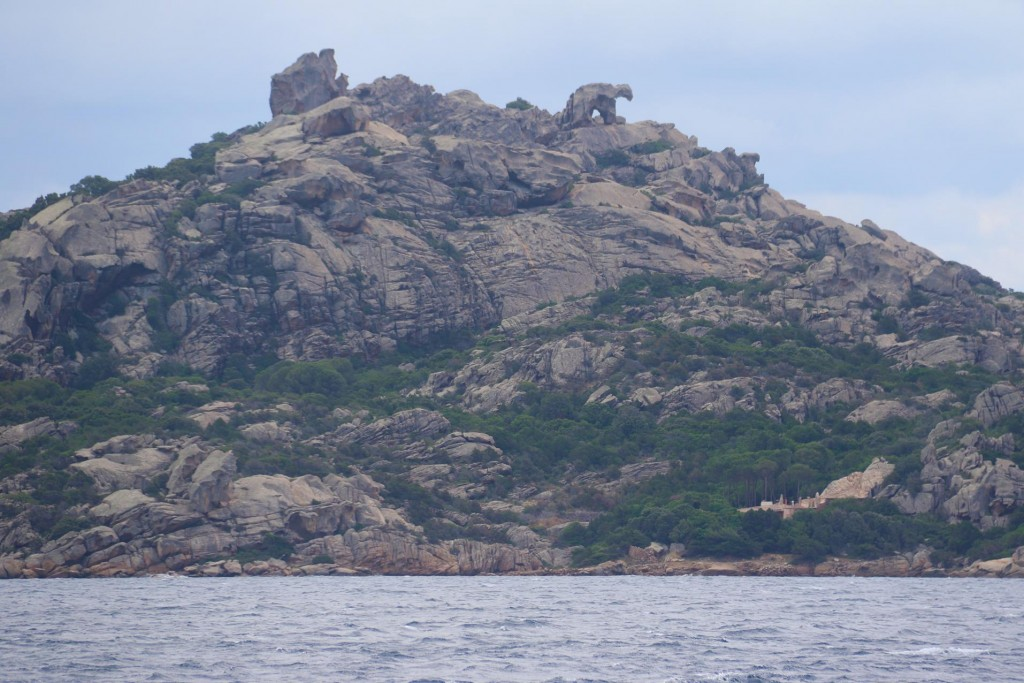The bear on the rock can hardly be missed as we approach Golfo di Arzachena
