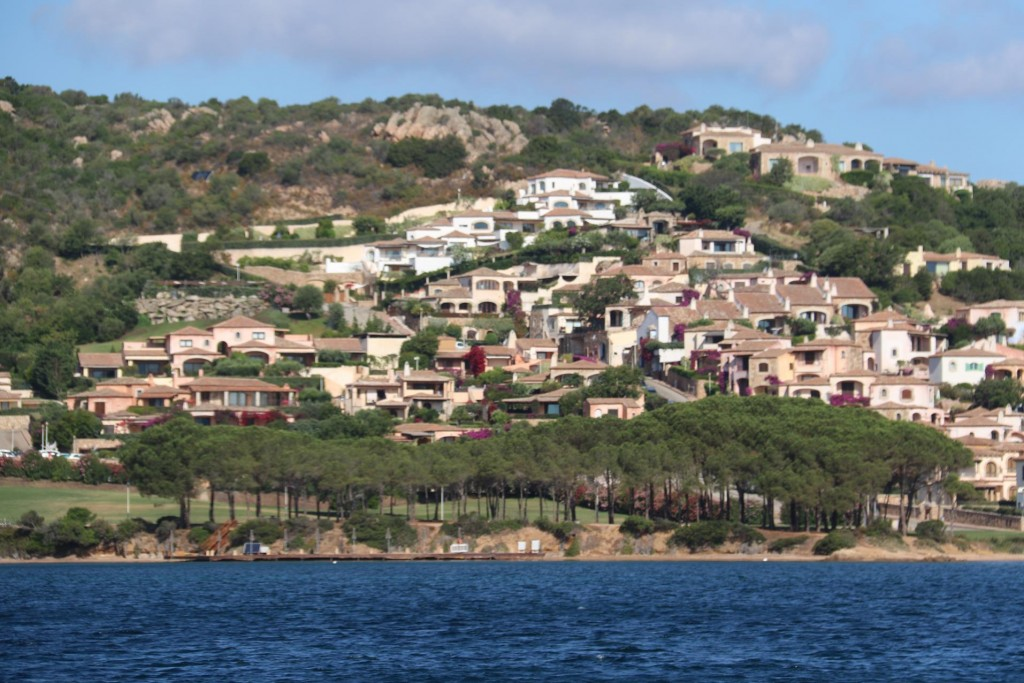 We pass a number of hillsides of villas which apparently sprung up over the past few years in the larhe Golfo di Arzachena
