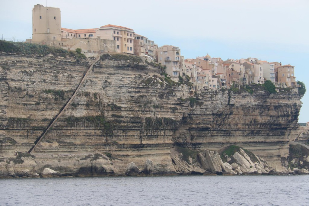 Once out of the harbour we again pass the the limestone cliffs with the houses so precariously balancing on top