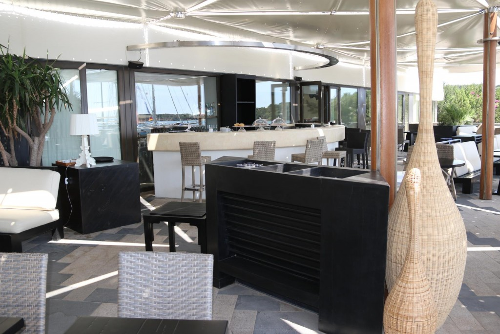 The tasteful  restaurant/lounge has pleasant bar area