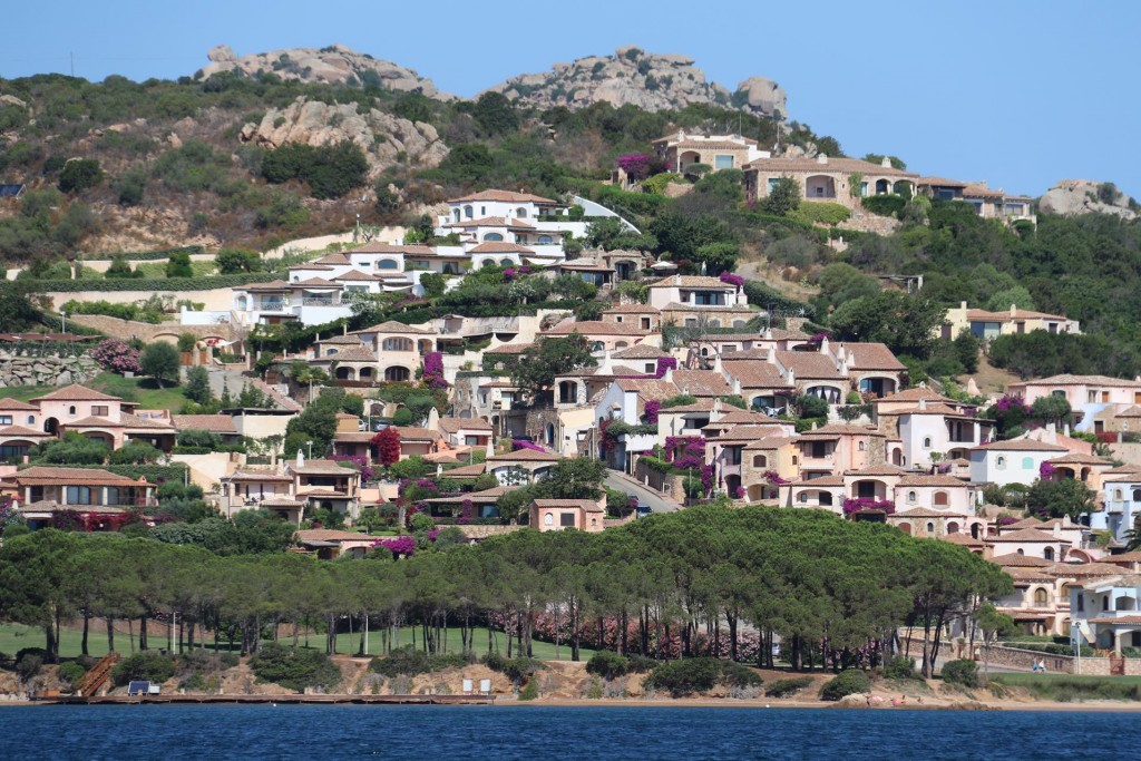 On the western shore of Golfo di Arzachena just north of Cannigione is the lovely district of Laconia