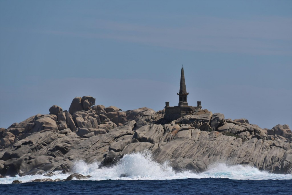 We pass the beautiful Ile Lavezzi with the conspicious monument to the lost sailors in a shipwreck in 1850's