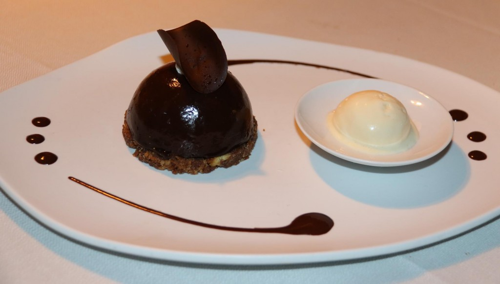 We share a couple of amazing desserts, we naturally choose the chocolate
