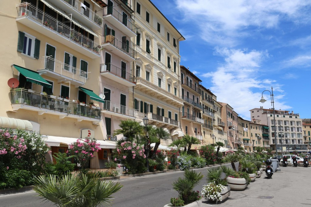 There are a few shops, restaurants and cafes along the attractive boulevard in the port