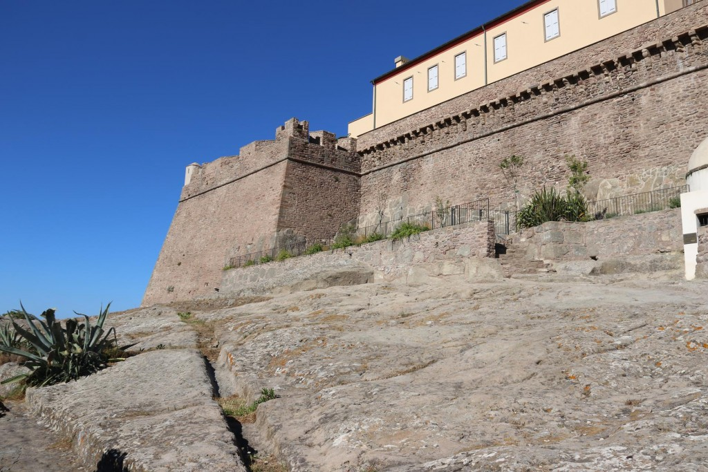 The fortress is built on a huge solid rock outcrop overlooking the water