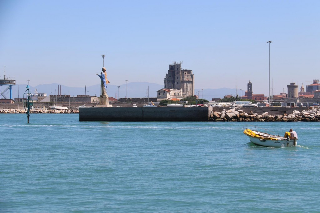 As we enter the large port we can't help noticing the lack of fuel tanks, probably due to the low oil prices of the times