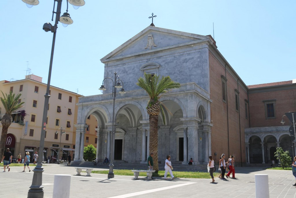 As we leave town we pass one of the many churches in Livorno